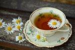 filiżanka z herbatą i stokrotkami